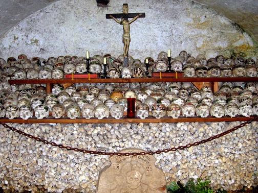 разрисованные черепа Гальштатская часовня в Австрии