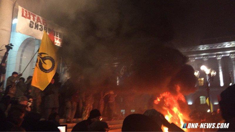 На Майдане в центре Киева зажгли покрышки - прямая трансляция