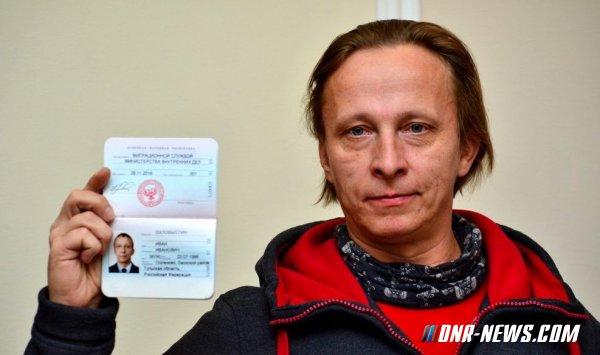 Александр Захарченко вручил паспорт гражданина ДНР российскому актеру Ивану Охлобыстину