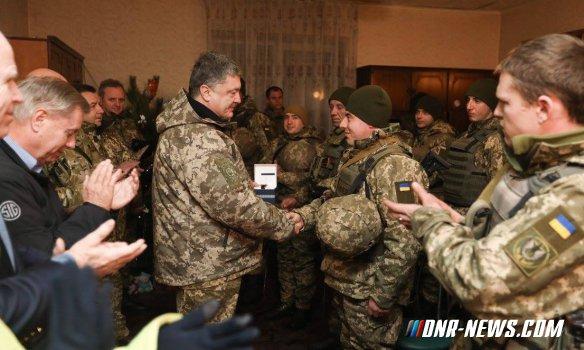Порошенко с Маккейном прибыли в командный пункт в районе Широкино