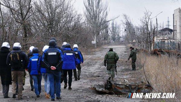 ВСУ днем обстреляли три населенных пункта ДНР, в одном из них были представители ОБСЕ