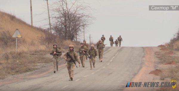 """Бойцы """"Азова"""" под Мариуполем отработали наступление в пешем порядке"""