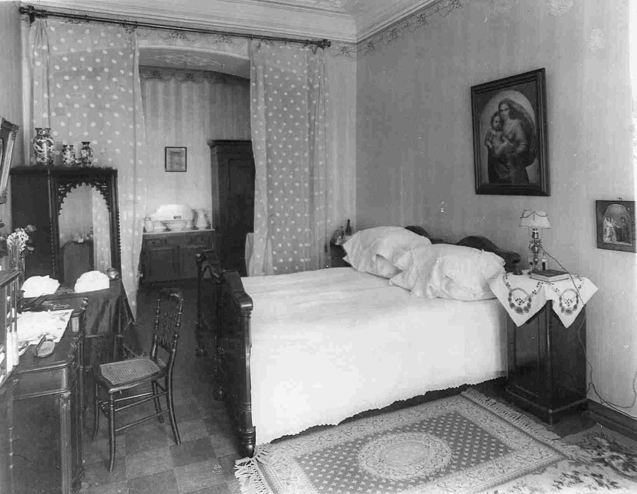 0_aaeb2_41408fc2_XXXLСпальня в квартире барона Икскуля.
