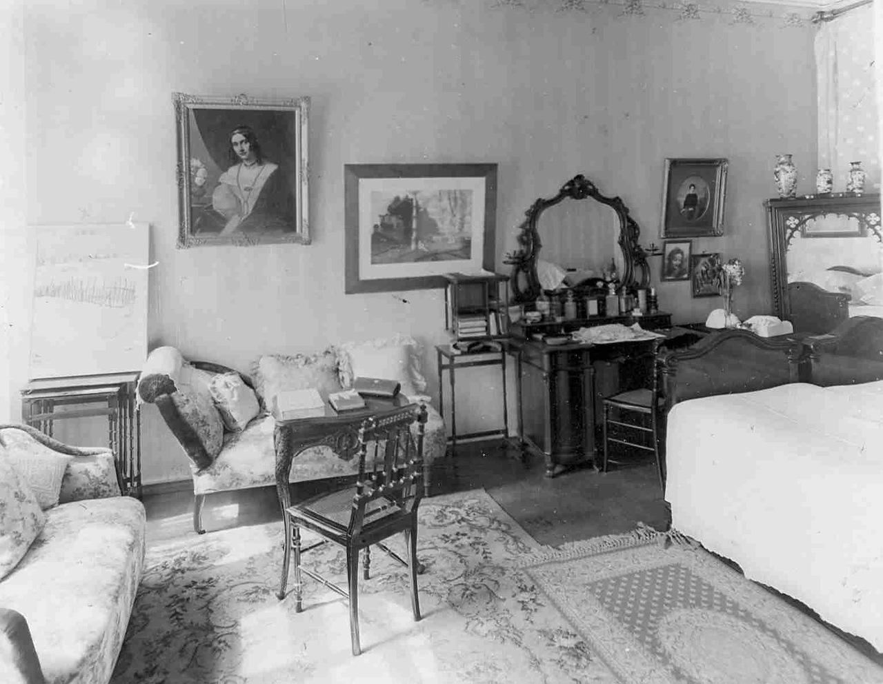 0_aaeb3_9c853f7_XXXLСпальня в квартире барона Икскуля.