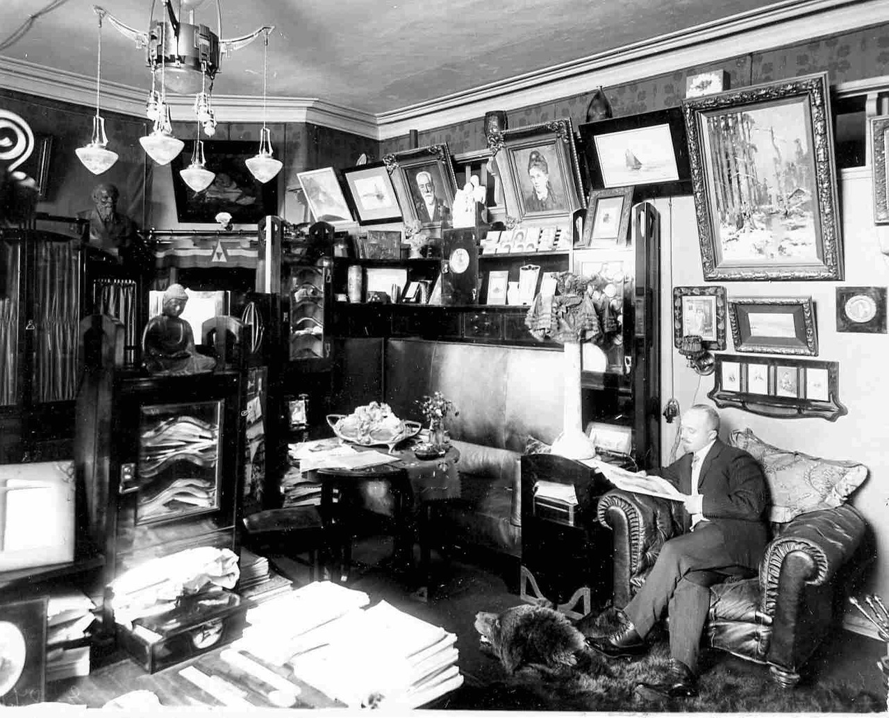 0_aaeec_474e969e_XXXLЛитератор, редактор газеты Биржевые ведомости В.А.Бонди в своем кабинете за чтением журнала.