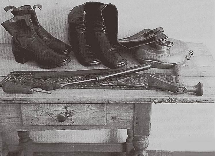 Сапожные инструменты и обувь, сшитая Львом Толстым
