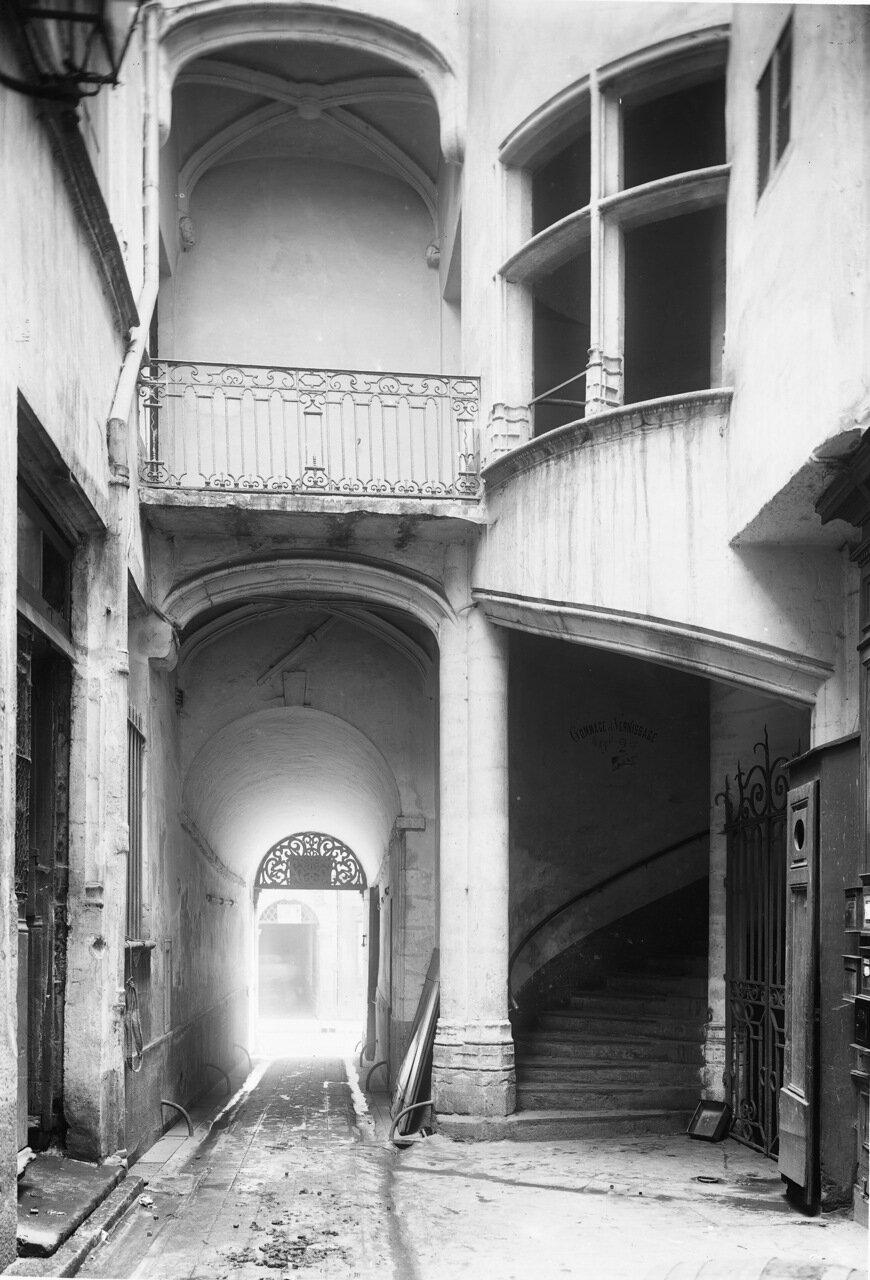 Еврейская улица. Винтовая лестница во дворе дома Антуана Гролье