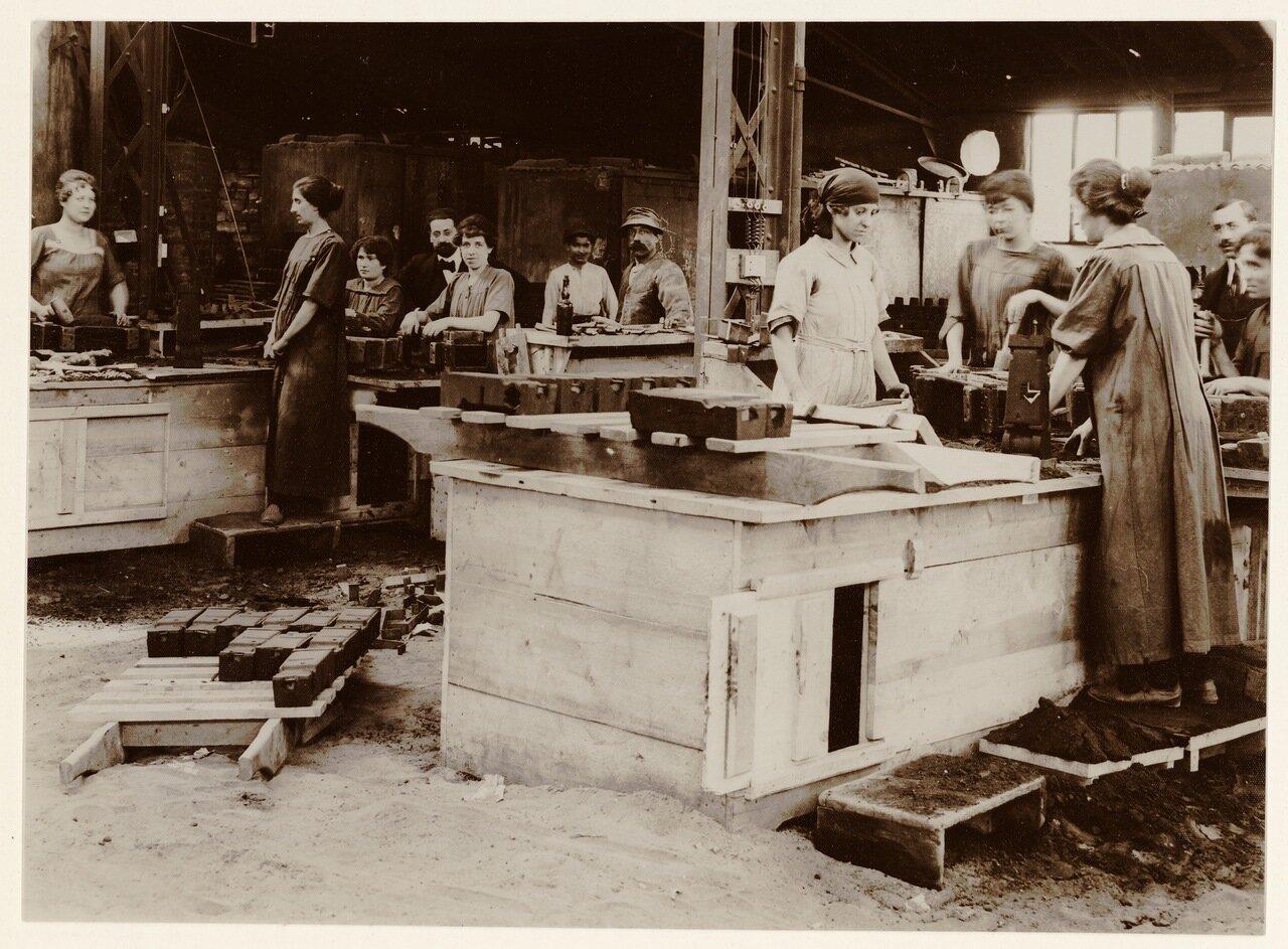 1915. Рабочие на военном заводе