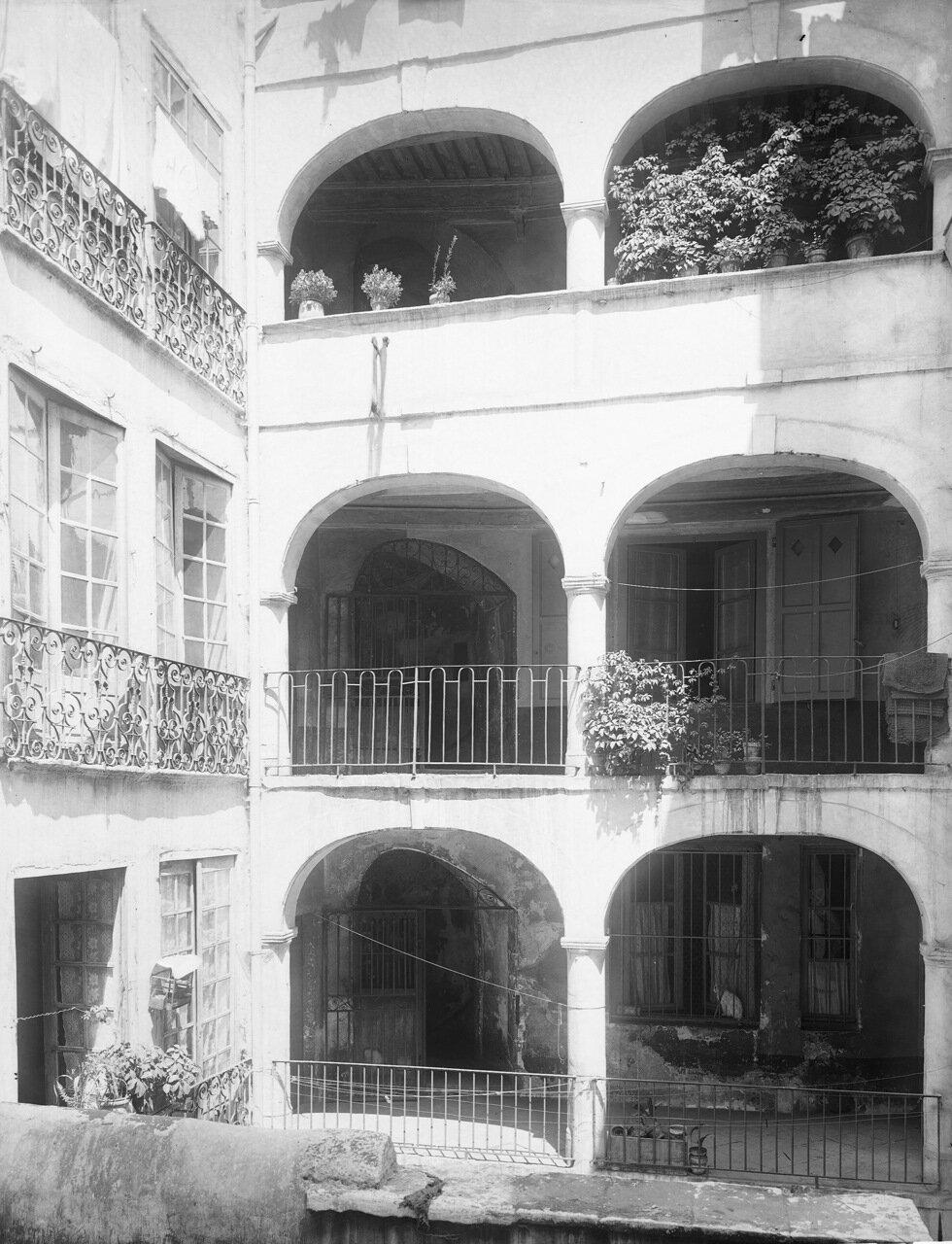Еврейская улица. Галерея во дворе дома Баронната