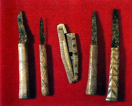 Железные ножи с костяными рукоятками и складная расчёска. Изборск.