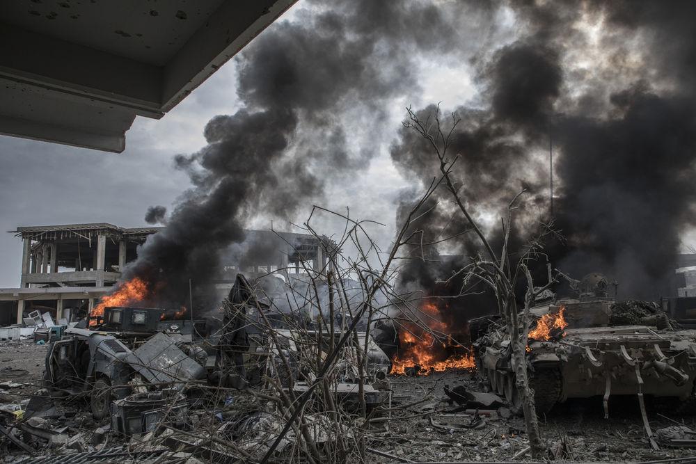 На фото горящие танки и «Хаммеры» в Мосуле, март 2017 г.