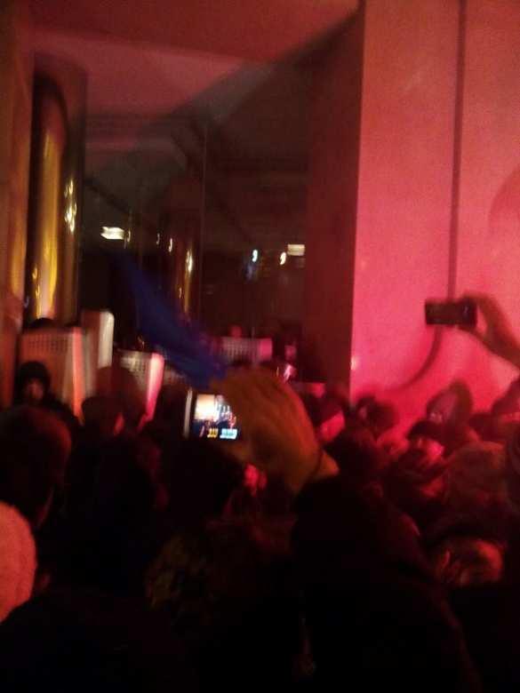 МОЛНИЯ: В Киеве толпа пошла на штурм офиса Ахметова (ФОТО + ВИДЕО) | Русская весна