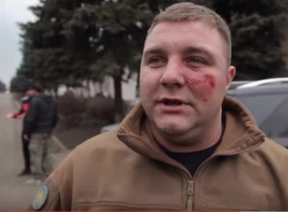 Нацизм не прошел: на Донбассе мэр и его замы побили толпу боевиков «Азова» (ВИДЕО 18+) | Русская весна