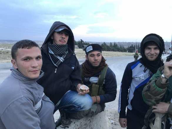 Военкор «РусВесны» «потроллил» исламистов, депортируемых из «котла» в Хомсе (ФОТО, ВИДЕО) | Русская весна
