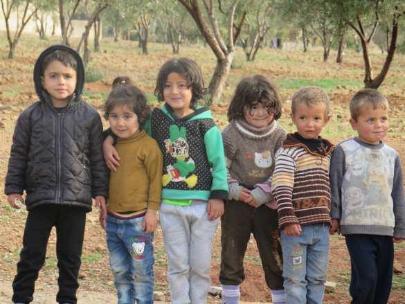 Трогательные кадры: Как бежавшие от боевиков дети Гуты не хотели отпускать российских военных (ФОТО, ВИДЕО) | Русская весна