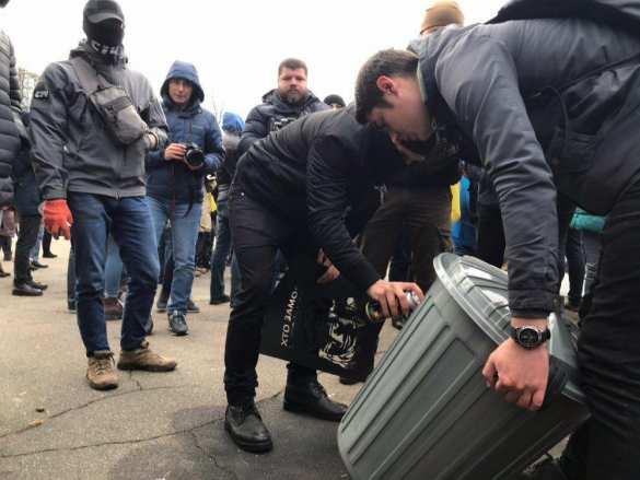 «Аваков — мусор и вор»: к дому главы МВД принесли мусорник (ФОТО, ВИДЕО) | Русская весна