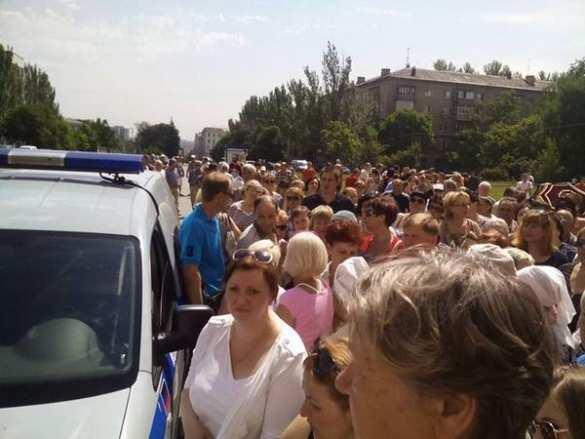 Вцентре Донецка митингующие просят защитить ихот ВСУ иначать наступление наукраинскую армию (ФОТО) | Русская весна