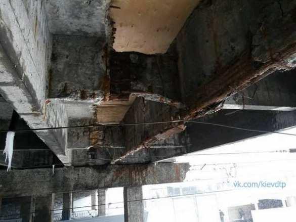 Работа над ошибками: еще один аварийный мост в Киеве надежно укрепили фанерой (ФОТО) | Русская весна