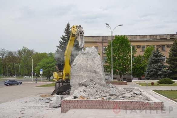 В Одесской области третью неделю пытаются снести постамент от памятника Ленину (ФОТО) | Русская весна