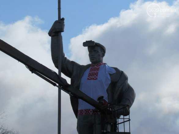 Символ советского трудового Мариуполя одели в вышиванку (ФОТО, ВИДЕО) | Русская весна