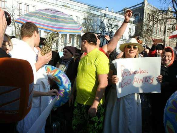 Чемодан, вокзал, Мальдивы: голые женщины пришли кадминистрации Порошенко (ФОТО, ВИДЕО) | Русская весна
