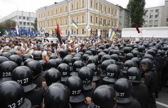 Около 3 тыс. протестующих перекрыли центральную улицу Киева | Русская весна