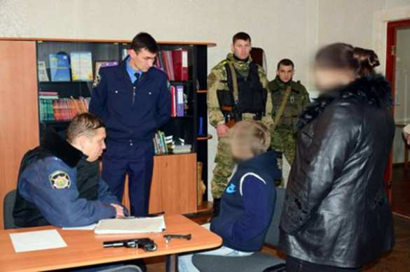 В Мариуполе школьник пришел на уроки с пистолетом (ФОТО) | Русская весна