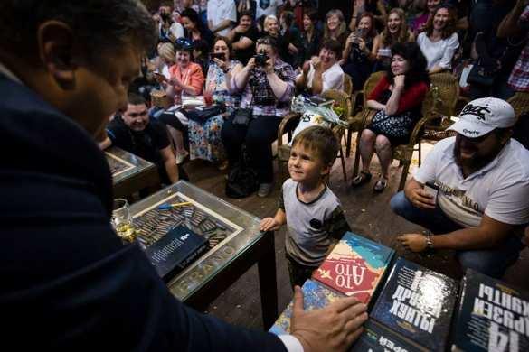 «14 друзей хунты»: Порошенко в окружении карателей презентовал книгу про «АТО» (ФОТО, ВИДЕО) | Русская весна