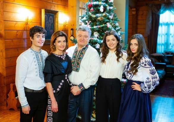 «И тут штаны не глажены»: в Сети высмеяли семейное фото Порошенко (ФОТО) | Русская весна