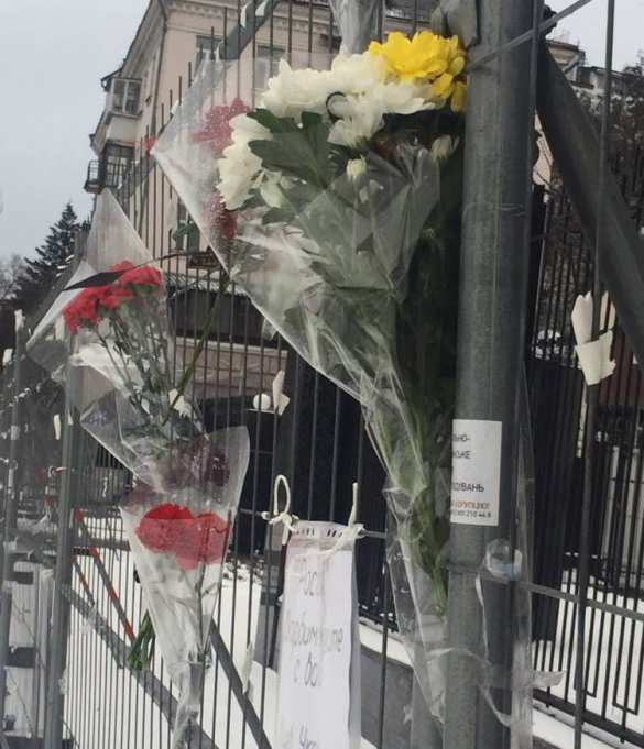 Виктор Медведчук: украинцы несут цветы кпосольству РФ, усилия «партии войны» оказались тщетными (ФОТО, ВИДЕО) | Русская весна