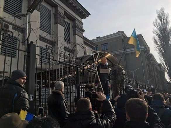 СРОЧНО: в Киеве штурмуют посольство России (ФОТО, ВИДЕО) | Русская весна