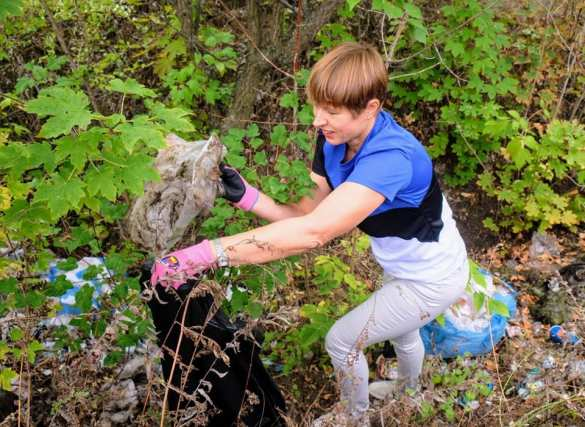 «Много бутылок»: президент Эстонии под дождём убирала мусор на Украине (ФОТО, ВИДЕО)   Русская весна