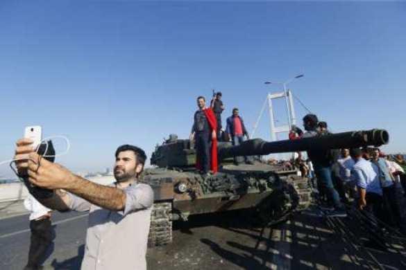 Сторонники Эрдогана публично выпороли сдавшихся мятежников (ФОТО) | Русская весна