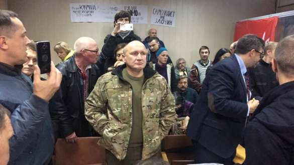 Сторонники главаря ОУН заблокировали зал суда в Киеве и не дают вывезти его в СИЗО (ФОТО, ВИДЕО) | Русская весна