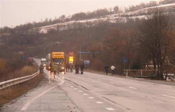 Экстремисты-русофобы блокируют проезд российских фур в Закарпатье (ФОТО) | Русская весна