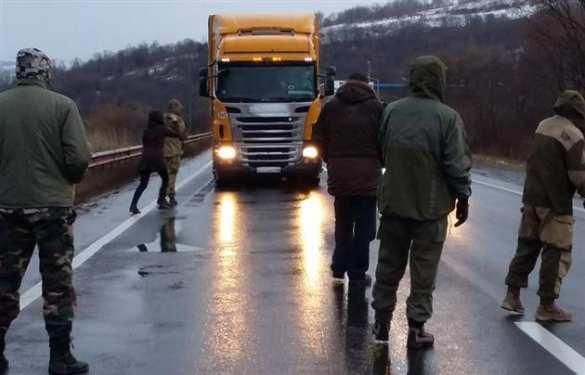 Экстремисты-русофобы блокируют проезд российских фур в Закарпатье (ФОТО)   Русская весна