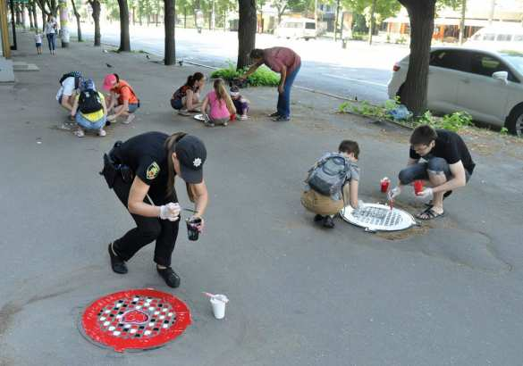 На пороге Европы: в Запорожье при участии полиции раскрасили 16 канализационных люков (ФОТО) | Русская весна