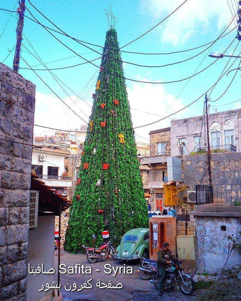 Сирия накануне Рождества: 12-метровая светодиодная ёлка на российской авиабазе и живые ели в истерзанных войной городах (ФОТО) | Русская весна