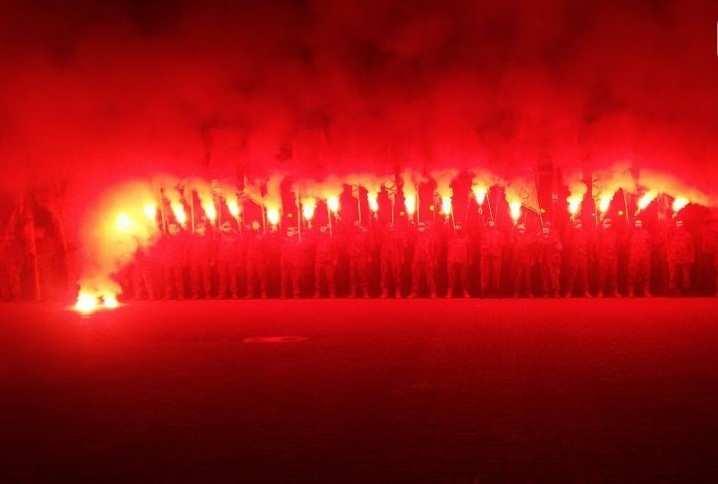 Неонацисты из«Азова» прошли маршем поБердянску (ФОТО, ВИДЕО) | Русская весна