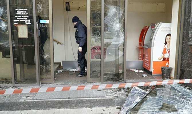 «Мы повредили имущество внутреннего и внешнего оккупанта», — главарь погромщиков о нападении на российские банки | Русская весна