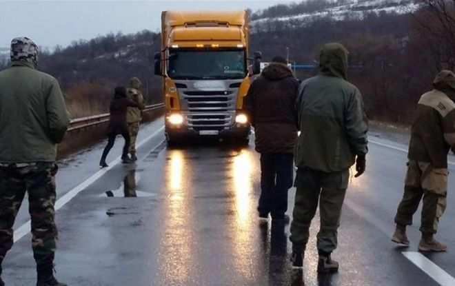 Двароссийских грузовика прорвали блокаду украинских радикалов | Русская весна