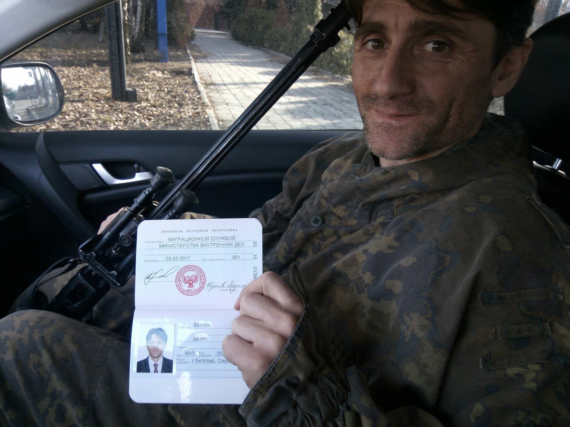 Сербский доброволец Деки получил паспорт ДНР (ФОТО) | Русская весна