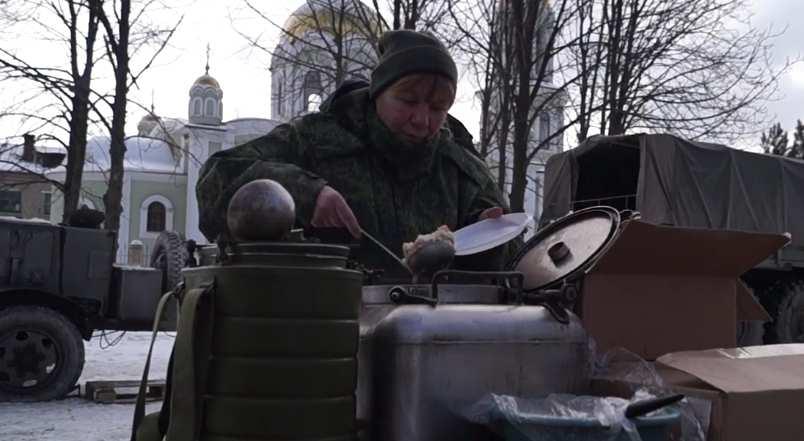 Армия ДНР развернула полевые кухни для мирных жителей, пострадавших от обстрелов ВСУ (ВИДЕО) | Русская весна