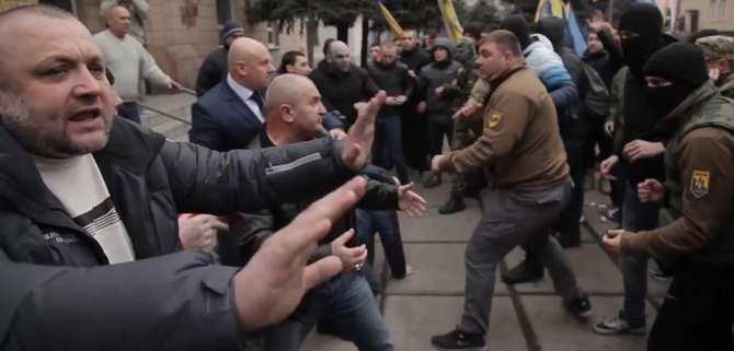 Бунт на Украине: боевики карательных батальонов избивают налоговиков (ВИДЕО) | Русская весна