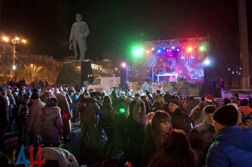 Непокоренный Донецк встречает Новый год по московскому времени праздничной дискотекой и фейерверком (ФОТО) | Русская весна