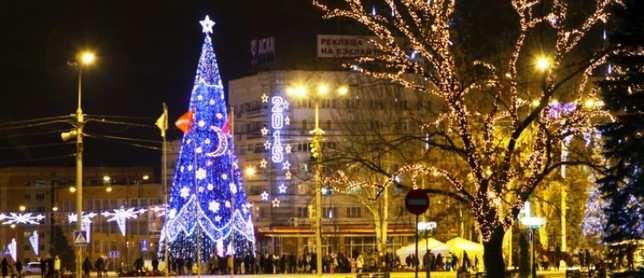 ВДонецке начали установку главной новогодней ёлки  | Русская весна