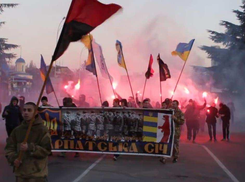 Неонацисты устроили факельный марш против «венгерских оккупантов» в Закарпатье (ВИДЕО) | Русская весна