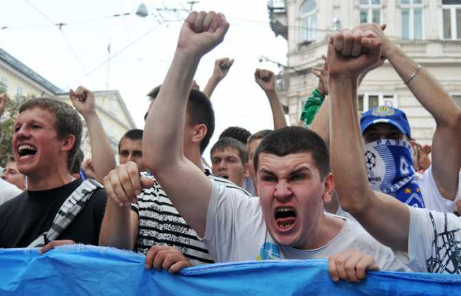 Львовские фанаты чуть не сожгли собственный стадион во время матча   Русская весна
