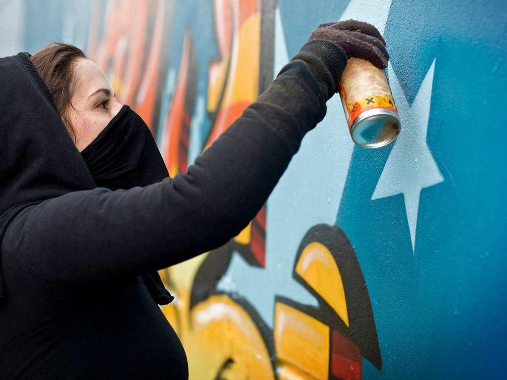 В Киеве хулиганы остановили трамвай и разрисовали его, а водителя облили краской (ФОТО)   Русская весна
