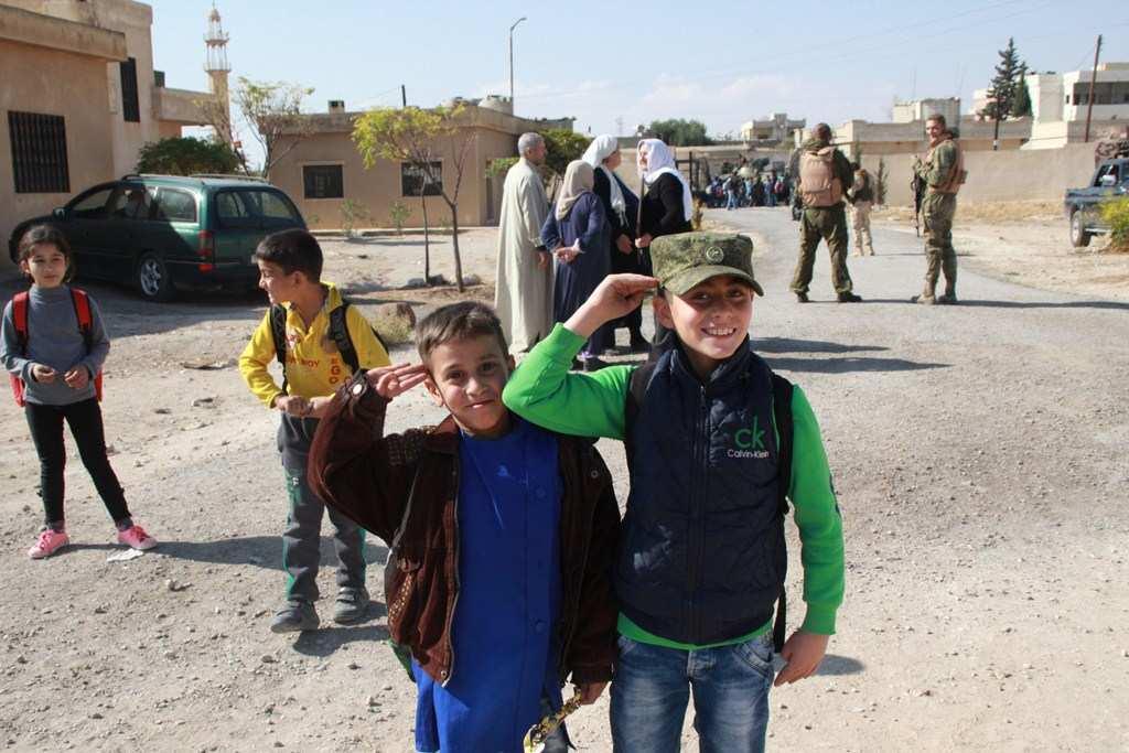Трогательные кадры: Как освобождённые от боевиков сирийские дети радуются приезду российских военных (ФОТО) | Русская весна